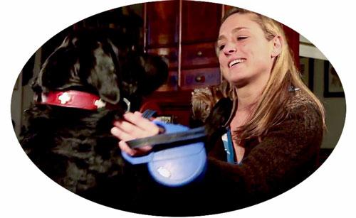 Die Besitzerin mit ihrem vom Osteosarkom geheilten Hund.