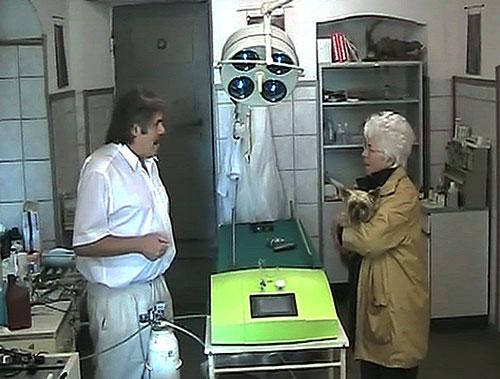 dr-schulz-mit-hunde-besitzer-im-gespraech